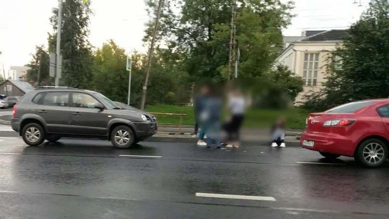 В Петрозаводске двух девушек сбили на «зебре»: одну увезли в больницу