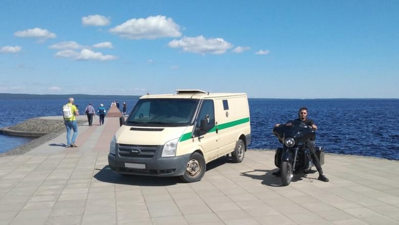 Мэра возмутил мотоциклист, заехавший на набережную Петрозаводска ради фото для соцсетей